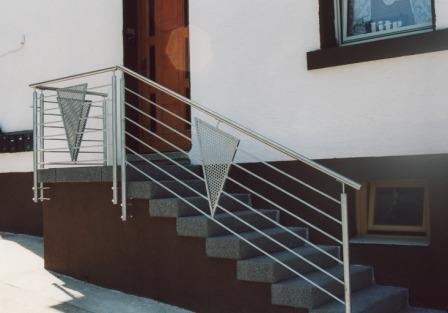 gel nder au engel nder in edelstahl mit ornamenten in lochblech an einer eingangstreppe. Black Bedroom Furniture Sets. Home Design Ideas