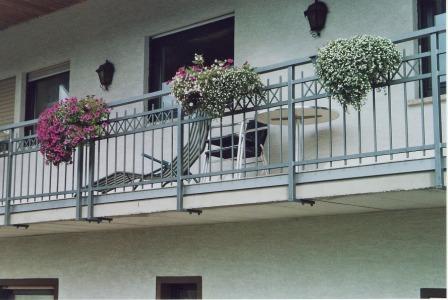 Gelander Gelander Verzinkt An Einem Schragen Balkon Als