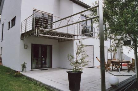 gel nder au engel nder an einem edelstahl balkon. Black Bedroom Furniture Sets. Home Design Ideas