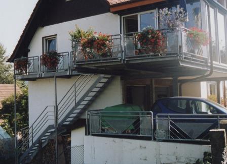metalltreppen au entreppe als podesttreppe mit einem zwischenpodest die metalltreppe ist als. Black Bedroom Furniture Sets. Home Design Ideas