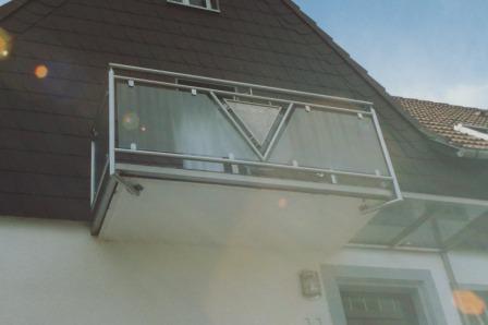 gel nder balkongel nder in edelstahl mit glas an einem. Black Bedroom Furniture Sets. Home Design Ideas