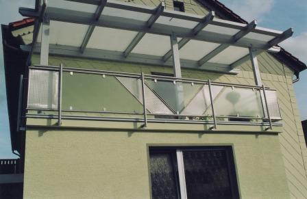 gel nder balkongel nder in edelstahl mit schr gem lochblech und glas. Black Bedroom Furniture Sets. Home Design Ideas