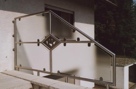 gel nder balkongel nder in edelstahl mit glas als windschutz und sichtschutz. Black Bedroom Furniture Sets. Home Design Ideas