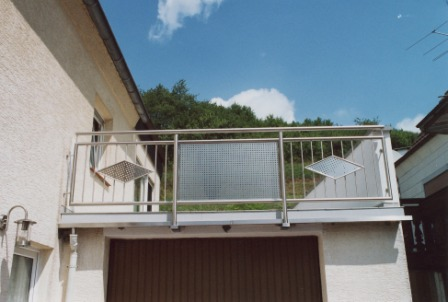 Geländer  Balkongeländer in Edelstahl mit Lochblech, senkrechten Stäben und Edelstahl Ornament