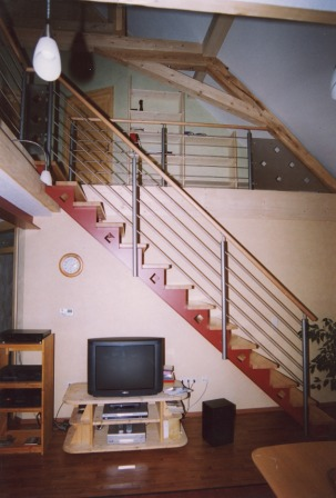 metalltreppen blechwangentreppe metalltreppe als gerade treppe die stufen liegen auf den. Black Bedroom Furniture Sets. Home Design Ideas