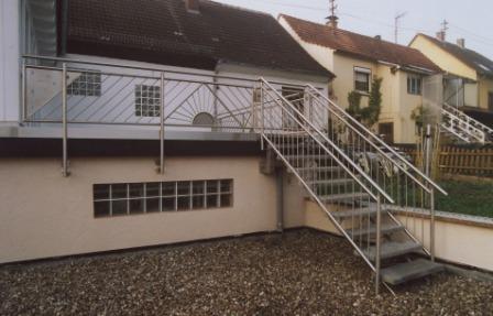 gel nder edelstahlgel nder als balkongel nder mit einer treppe aus edelstahl auf eine terrasse. Black Bedroom Furniture Sets. Home Design Ideas