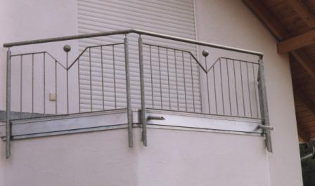 gel nder gel nder verzinkt an einem balkon als balkongel nder mit senkrechten st ben sowie. Black Bedroom Furniture Sets. Home Design Ideas
