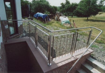 gel nder gel nder an betontreppe als metallgel nder in edelstahl und einem edelstahlhandlauf. Black Bedroom Furniture Sets. Home Design Ideas