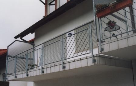 gel nder gel nder verzinkt an einem au enbalkon mit schr gen f llst ben als balkongel nder. Black Bedroom Furniture Sets. Home Design Ideas