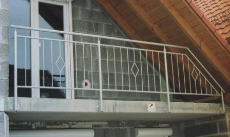 gel nder gel nder verzinkt an einem balkon als balkongel nder mit senkrechten f llst ben und. Black Bedroom Furniture Sets. Home Design Ideas