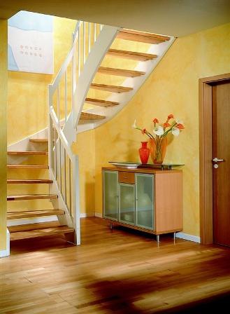 holztreppe gewendelt wei e wangen und wei es gel nder. Black Bedroom Furniture Sets. Home Design Ideas