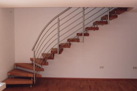 gel nder innengel nder als metallgel nder an einer holzbolzentreppe dieses treppengel nder. Black Bedroom Furniture Sets. Home Design Ideas