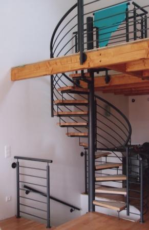 gel nder innengel nder als metallgel nder an einer spindeltreppe zur galerie dieses. Black Bedroom Furniture Sets. Home Design Ideas