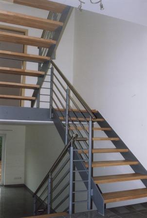 metalltreppen podesttreppe als innentreppe diese metalltreppe ist mit holzstufen belegt und. Black Bedroom Furniture Sets. Home Design Ideas