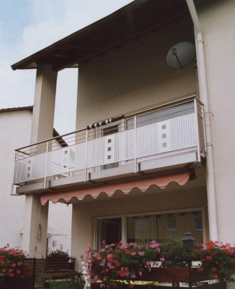 sonstiges sichtschutzelement in edelstahl mit lochblech als balkongel nder. Black Bedroom Furniture Sets. Home Design Ideas