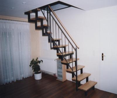 gel nder stahlgel nder mit einem handlauf in holz als treppengel nder an einer raumspartreppe. Black Bedroom Furniture Sets. Home Design Ideas