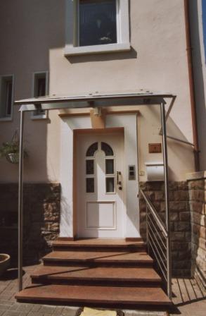 sonstiges vordach in edelstahl an einem hauseigang mit seitlichem treppengel nder. Black Bedroom Furniture Sets. Home Design Ideas