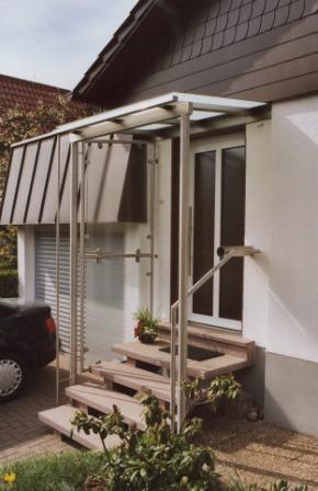 sonstiges vordach in edelstahl mit zwei st tzen an einem hauseingang. Black Bedroom Furniture Sets. Home Design Ideas